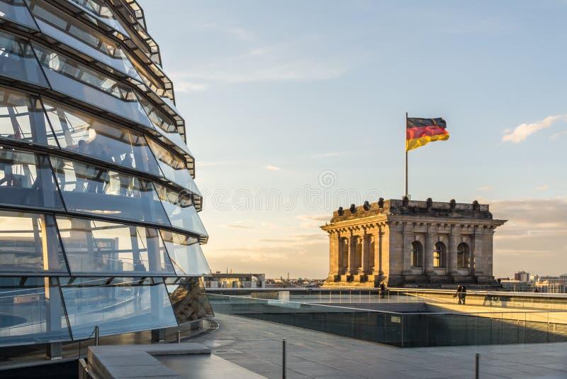 Reichstag-Glaskuppel des Parlaments in Berlin (der Bundestag) mit deutscher Flagge stockfotografie