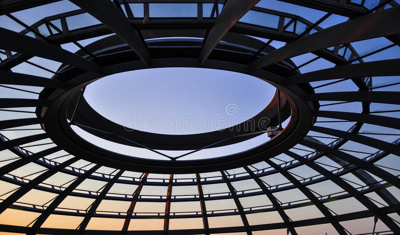 Reichstag Haube in Berlin lizenzfreie stockbilder