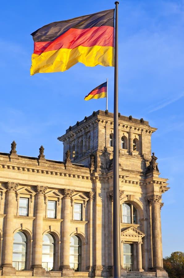 Reichstag mit Flaggen im deutschen Hauptberlin stockfotografie