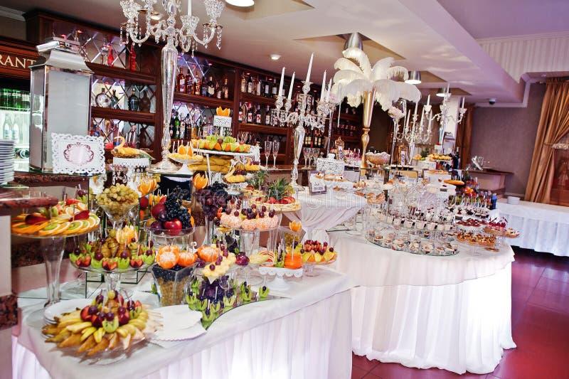 Reichster Hochzeitsempfang von verschiedenen Bonbons, von Früchten und von Getränken stockfotografie