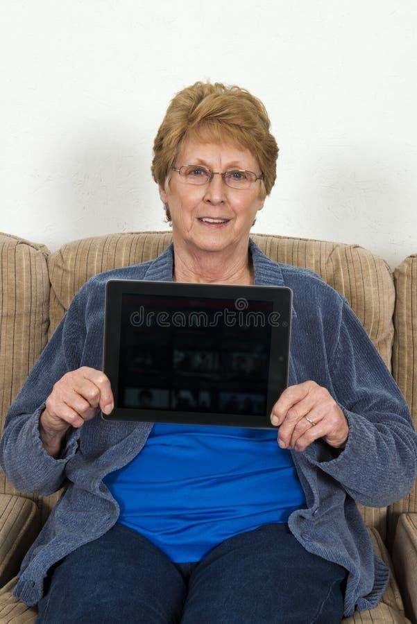 Reife ältere ältere Frau mit Ipad-Computer lizenzfreie stockfotografie