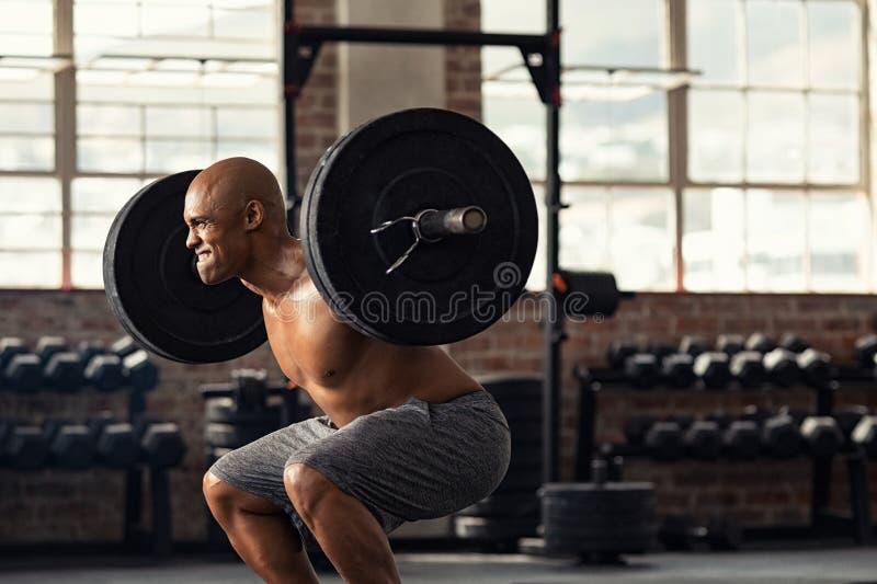 Reife anhebende Gewichte des starken Mannes am crossfit lizenzfreie stockfotografie