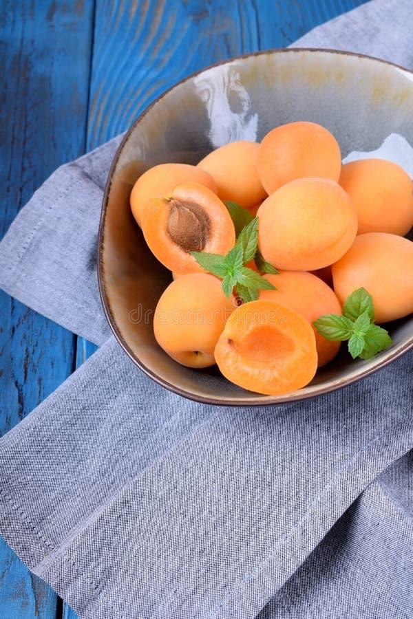 Reife Aprikosen in einer keramischen Sch?ssel stockfoto