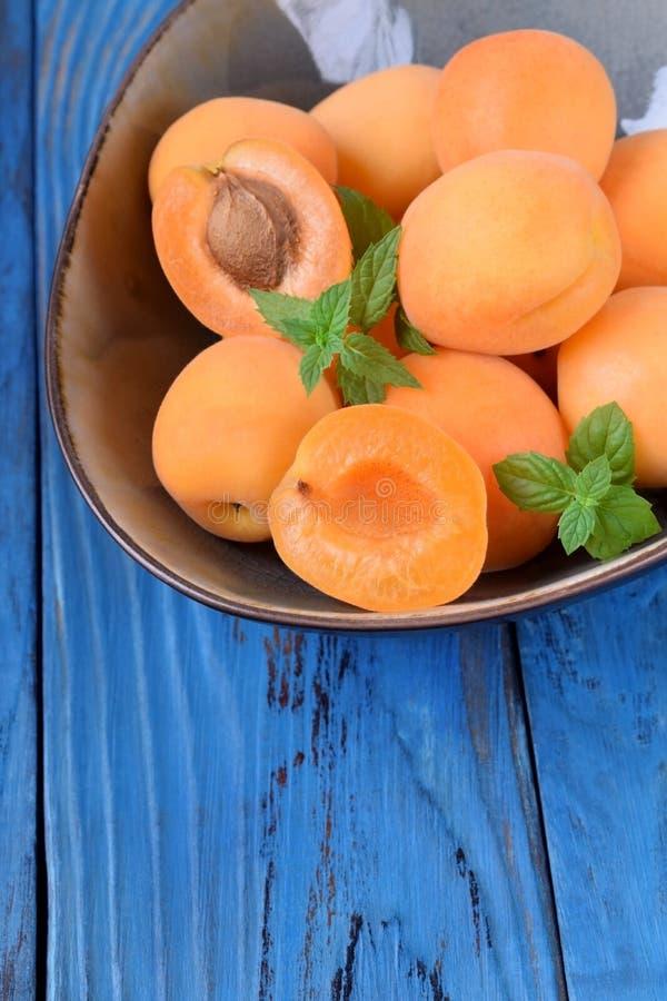 Reife Aprikosen in einer keramischen Sch?ssel stockfotos