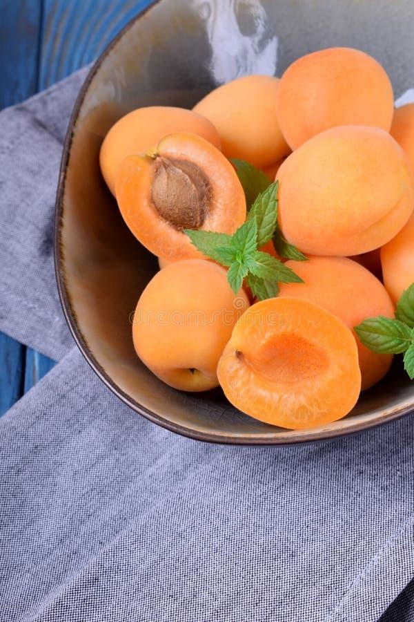 Reife Aprikosen in einer keramischen Sch?ssel stockbilder