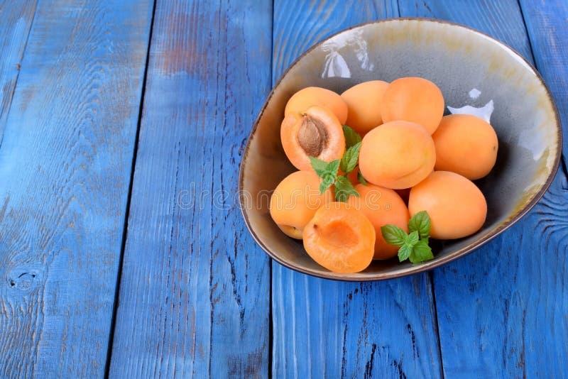 Reife Aprikosen in einer keramischen Sch?ssel lizenzfreie stockbilder