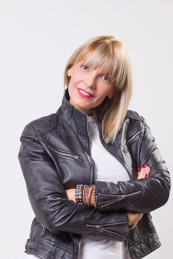 Reife Arme Frau 40s Cherful gekreuzt stockbilder