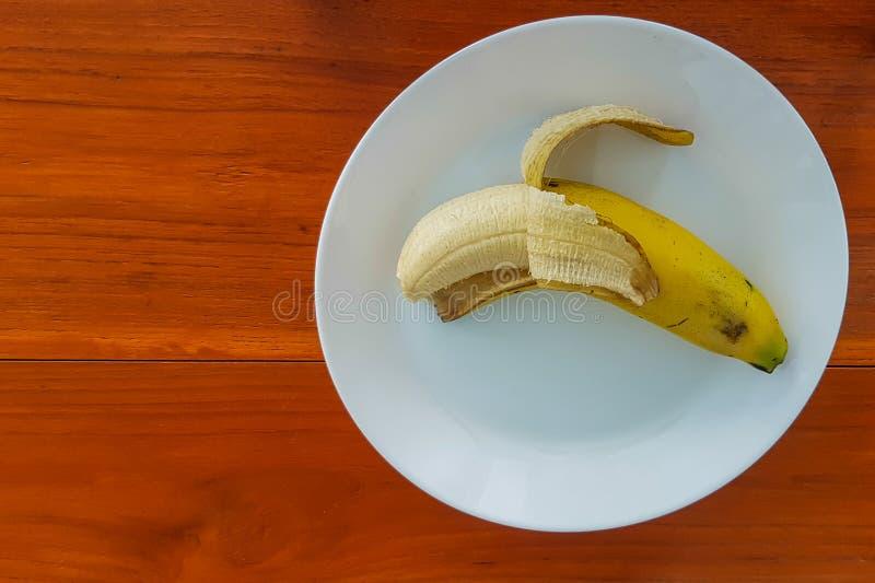 Reife Banane auf Plattenweiß stockbild
