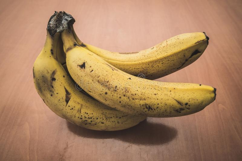 Reife Bananen auf einer Tabelle stockfotos