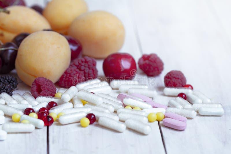 Reife Beeren Vegetarische Nahrung Ern?hrungserg?nzungen Neue Vitaminnahrung Nat?rliche Nahrung Detoxdi?t Frauenfu? im Wasser lizenzfreie stockfotos