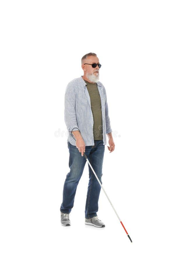 Reife blinde Person mit dem langen Stockgehen stockbilder