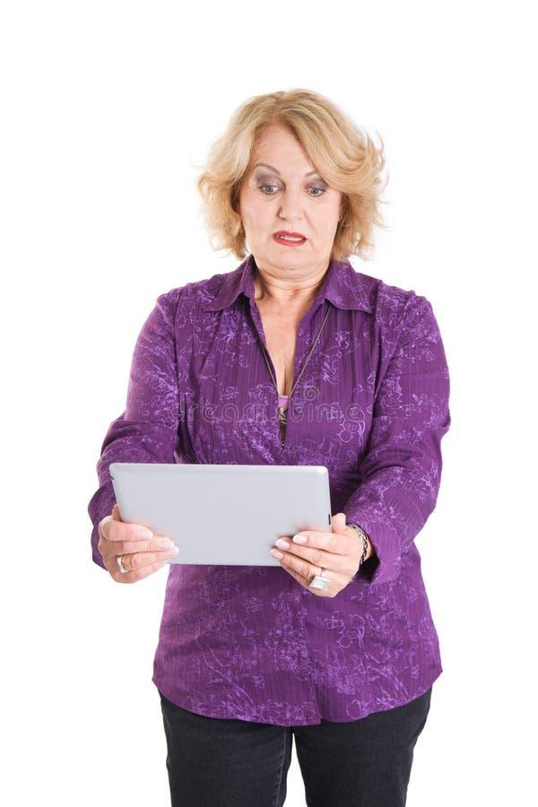 Reife Dame mit moderner Technologie - ältere Frau lokalisiert auf whi stockfotos