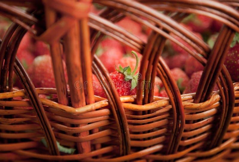 Reife Erdbeere im Weidenkorb stockfotos
