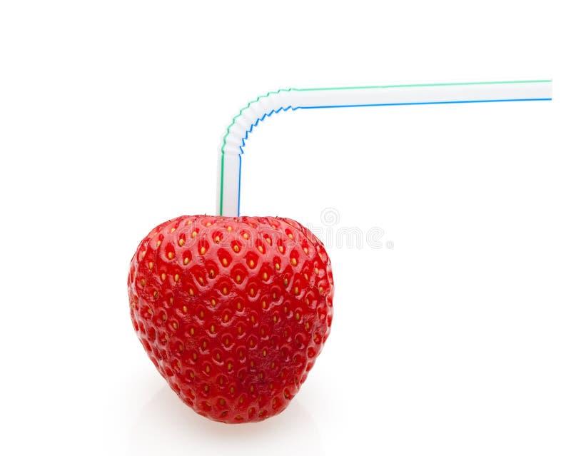 Reife Erdbeere mit Cocktailstroh lizenzfreie stockfotografie