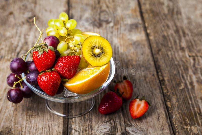 Reife Früchte auf einer transparenten Platte stockbild