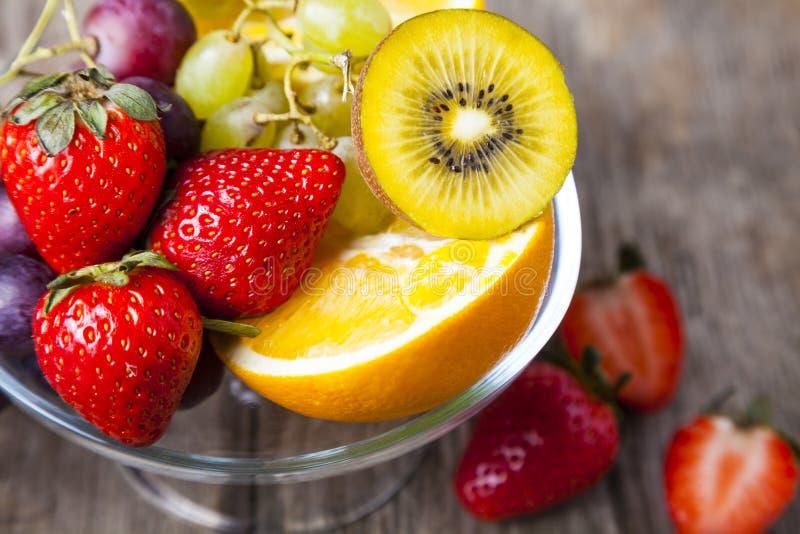 Reife Früchte auf einer transparenten Platte lizenzfreies stockbild