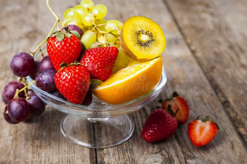 Reife Früchte auf einer transparenten Platte lizenzfreies stockfoto