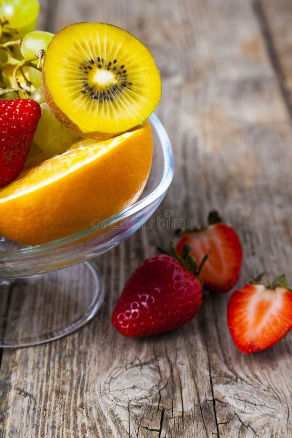 Reife Früchte auf einer transparenten Platte stockfoto