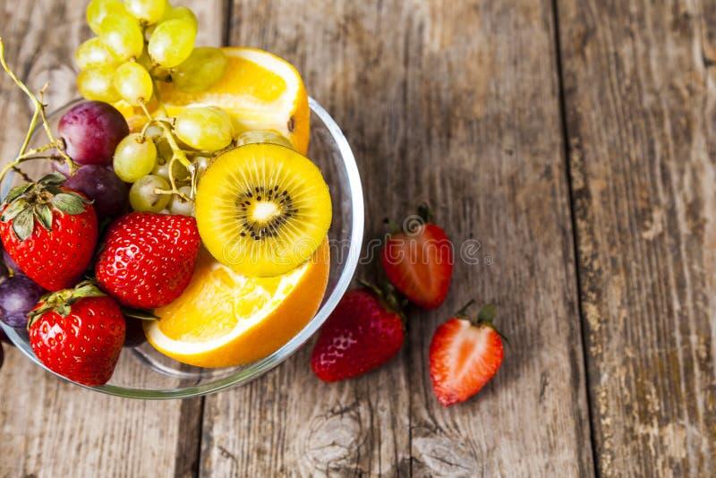 Reife Früchte auf einer transparenten Platte stockfotos