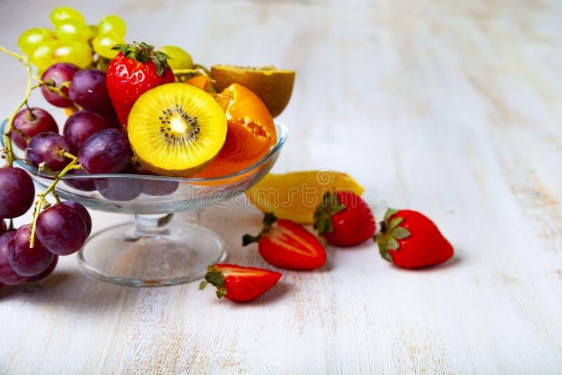 Reife Früchte auf einer transparenten Platte lizenzfreie stockbilder