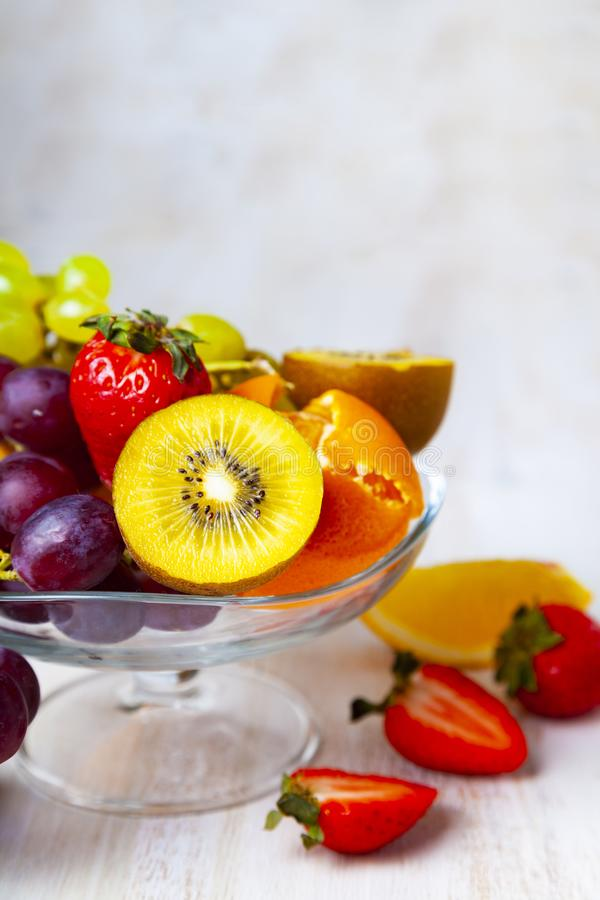 Reife Früchte auf einer transparenten Platte stockfotografie