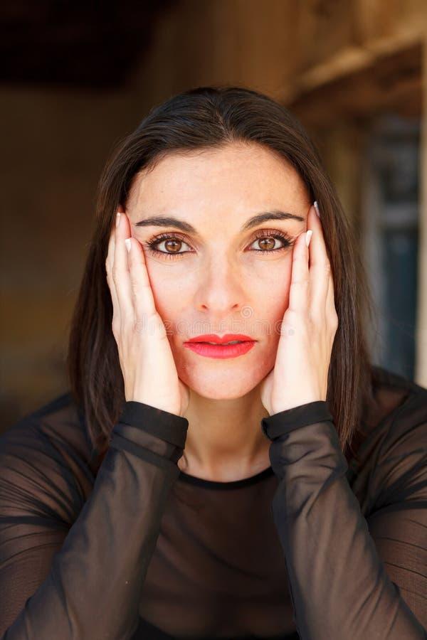 Reife Frau Des Brunette Mit Den Roten Lippen Stockfoto