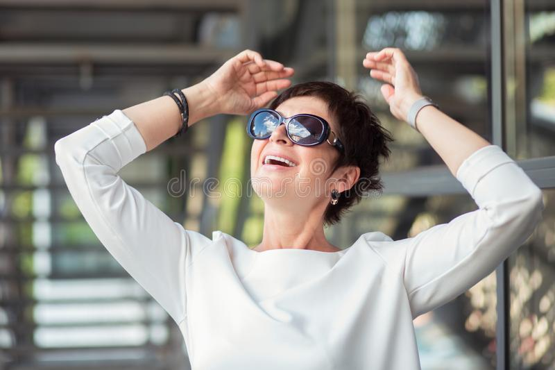 Reife Frau, die das Leben genie?t lizenzfreie stockfotografie