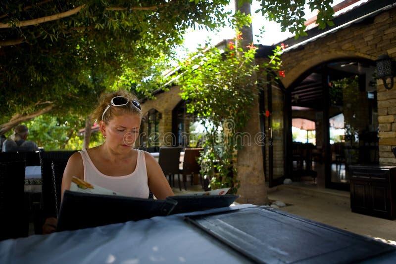 Reife Frau, die am Tisch des türkischen Cafés sitzt stockfotografie