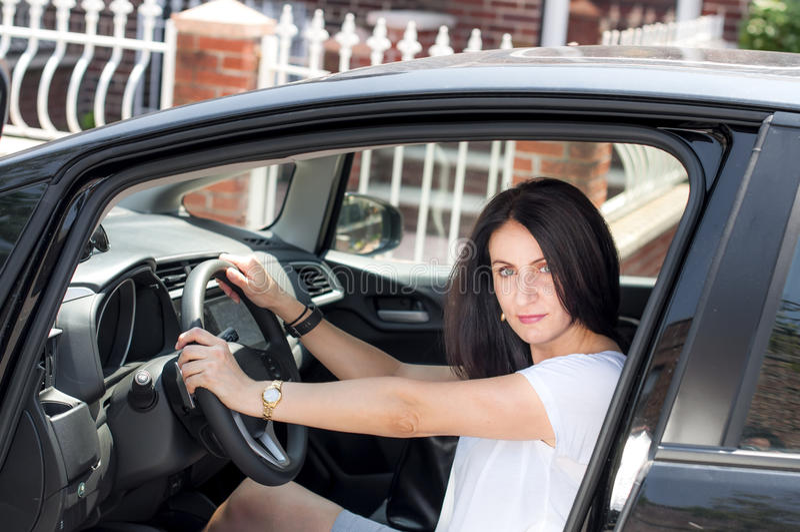 Reife Frau in ihrem Auto stockbild