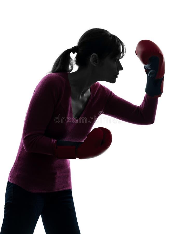 Reife Frau mit Boxhandschuhschattenbild stockfotos