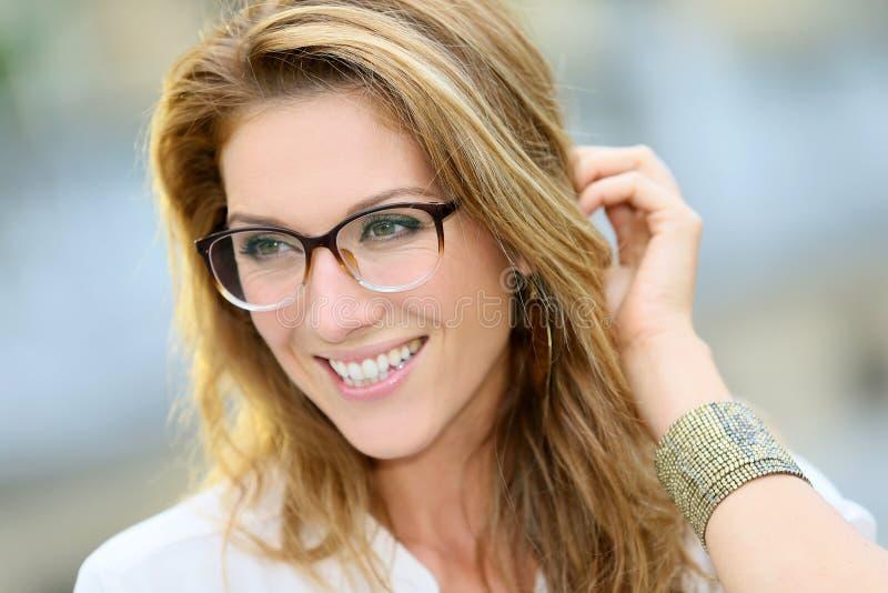 Reife Frau mit Brillen stockfoto. Bild von stilvoll