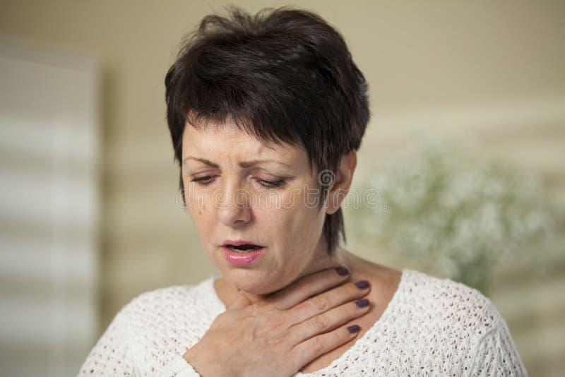 Reife Frau mit den Halsschmerzen lizenzfreies stockbild
