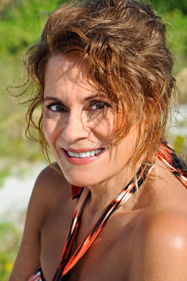 Reife Frau in Sundress stockfoto. Bild von fünfzig, kleid