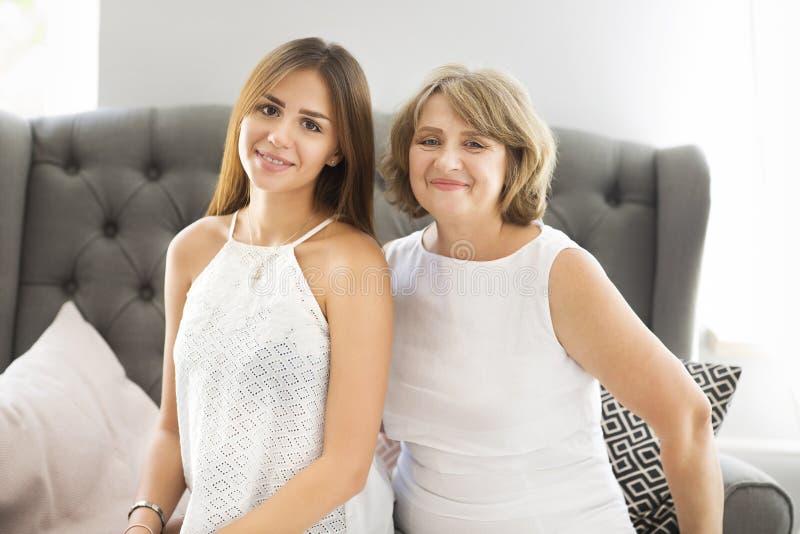 Reife Frauenumarmung mit Mädchen des jungen jugendlich lizenzfreie stockbilder