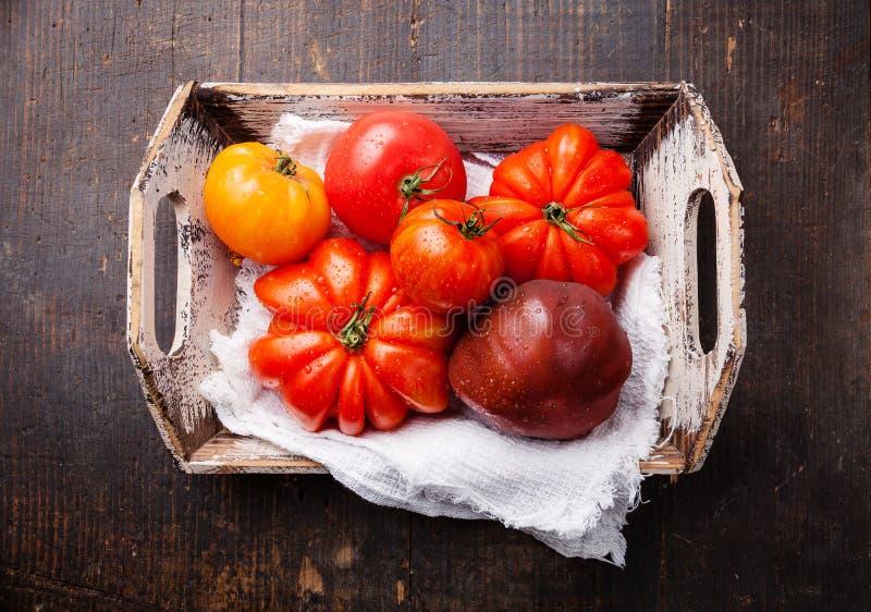 Reife frische bunte Tomaten in der Holzkiste lizenzfreies stockfoto