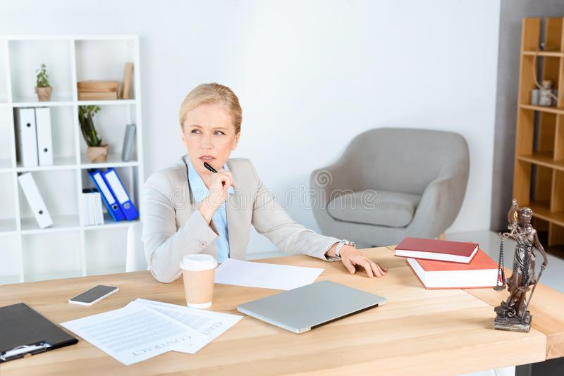 Reife Geschäftsfrau am Arbeitsplatz stockfotos