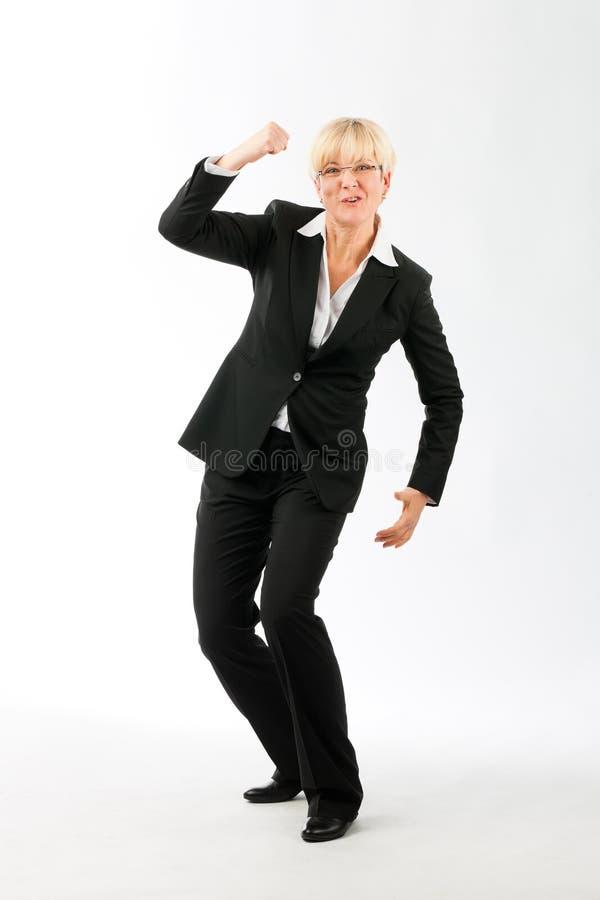 Reife Geschäftsfrau, die ihren Erfolg genießt lizenzfreie stockbilder