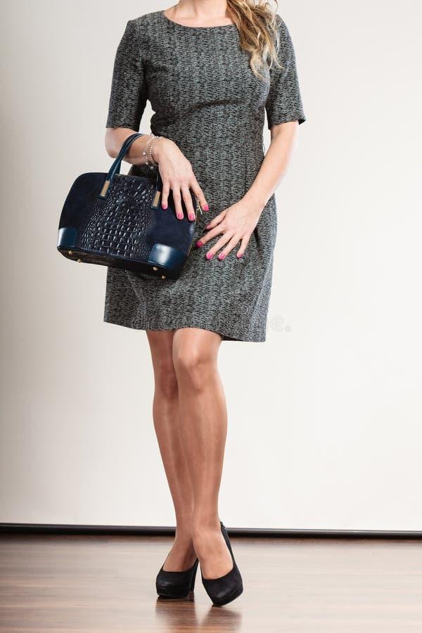 Reife Geschäftsfrau hält Handtasche lizenzfreie stockfotos