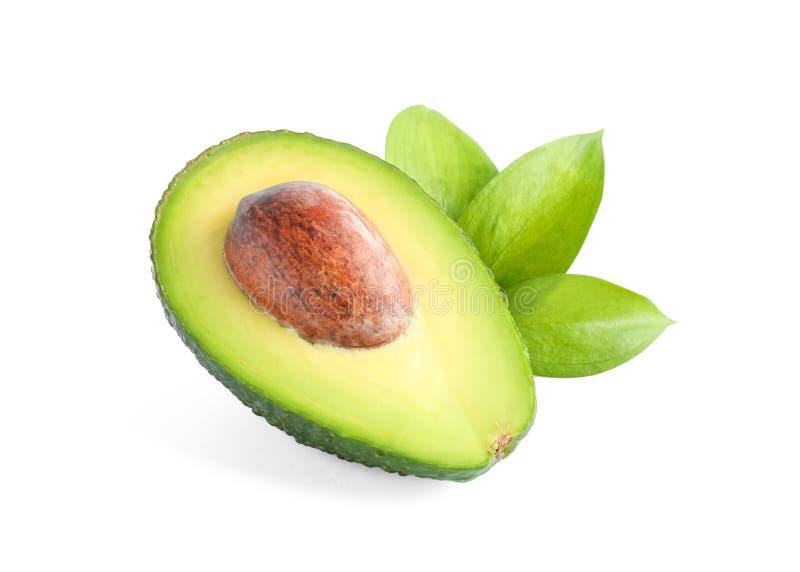 Reife geschnittene Avocado mit den Bl?ttern lokalisiert auf wei?em Hintergrund stockfotos