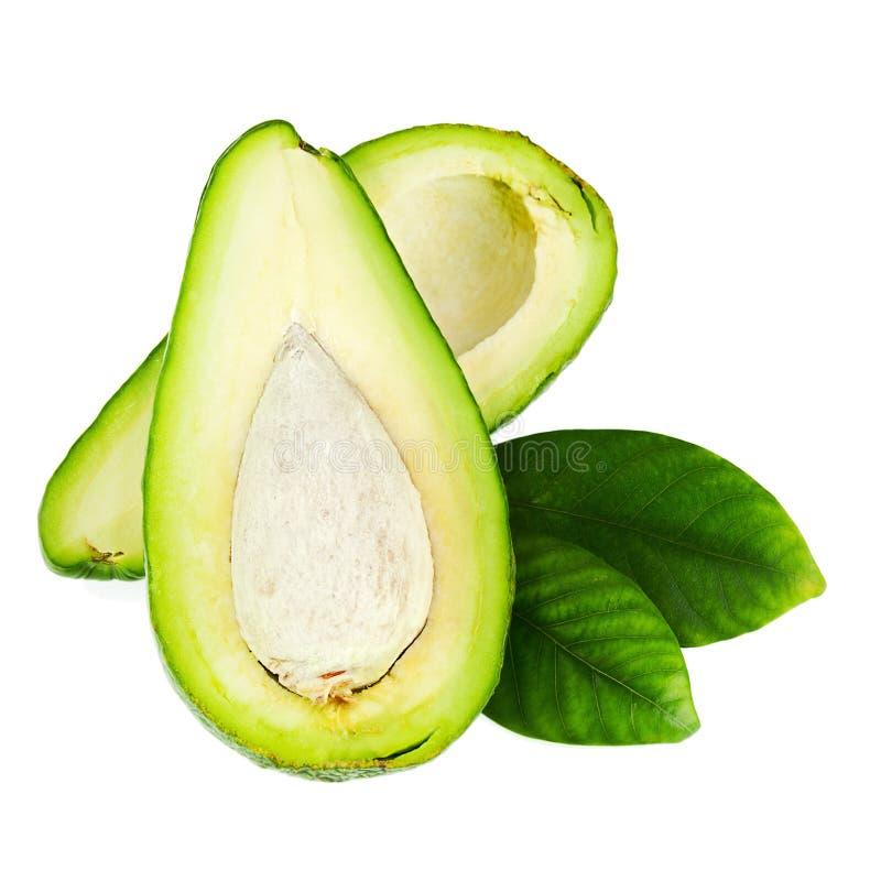Reife grüne Avocado mit den Blättern lokalisiert auf weißem Hintergrund stockfotografie