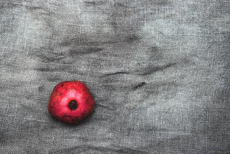 Reife Granat?pfel auf grauem Hintergrund, Draufsicht mit Raum f?r Text lizenzfreies stockfoto