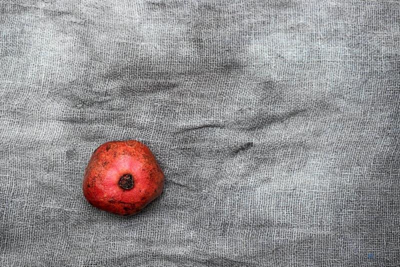 Reife Granat?pfel auf grauem Hintergrund, Draufsicht mit Raum f?r Text lizenzfreies stockbild