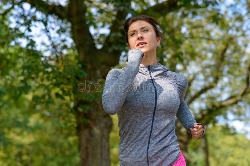Reife graue Jacke tragende und rüttelnde Frau lizenzfreie stockfotografie