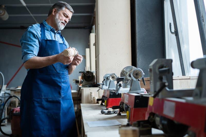 Reife h?bsche Schreinerarbeit in der Zimmerei Er ist erfolgreicher Unternehmer an seinem Arbeitsplatz stockfotografie