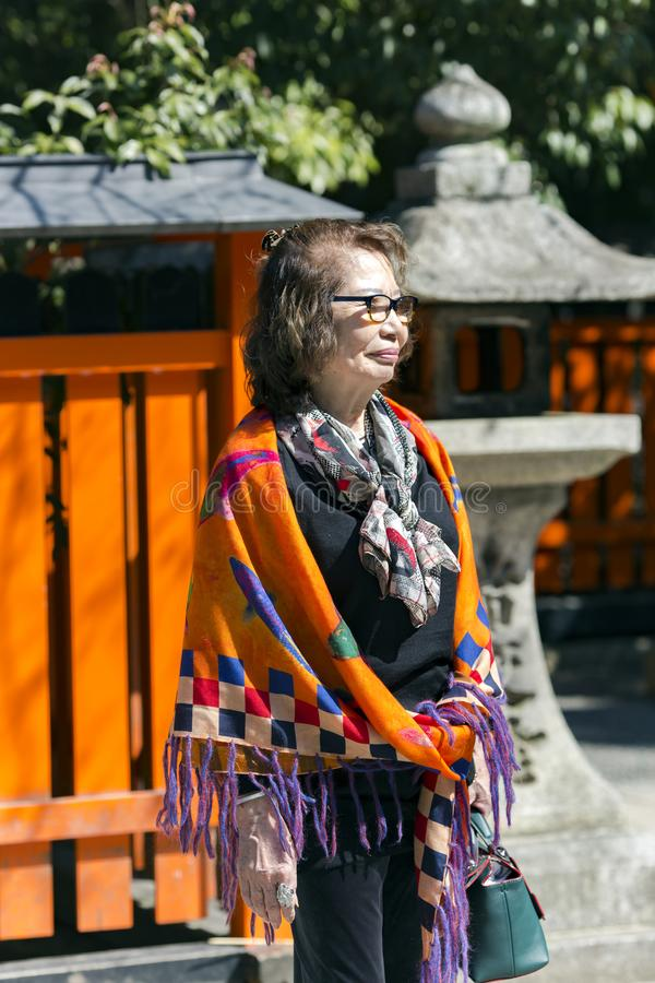 Reife japanische Frau im hellen Schal lizenzfreie stockfotografie