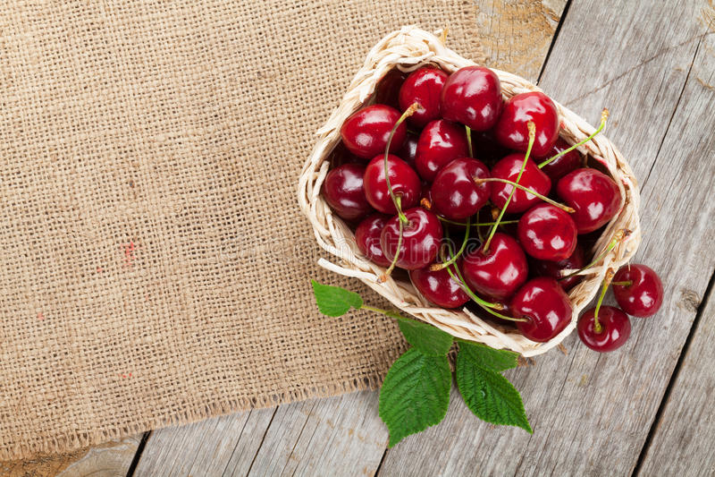 Reife Kirschen auf Holztisch stockfoto