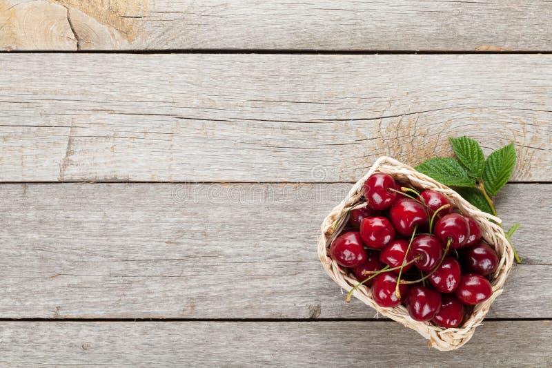 Reife Kirschen auf Holztisch lizenzfreies stockfoto