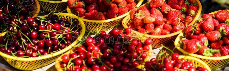 Reife Kirschkirsche Rote Erdbeere im Korb Vitamin und Nähren fruit und meter natürliches Einkaufen organisches nützliches lizenzfreies stockfoto