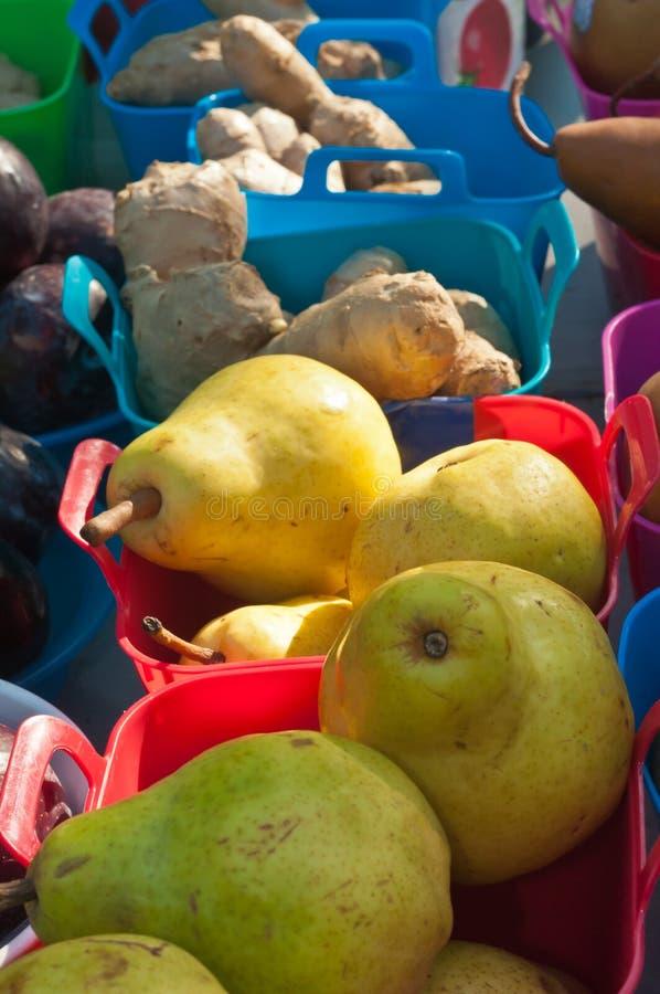 Reife, lokale Birnen für Verkauf an einem tropischen Landwirtmarkt lizenzfreies stockfoto