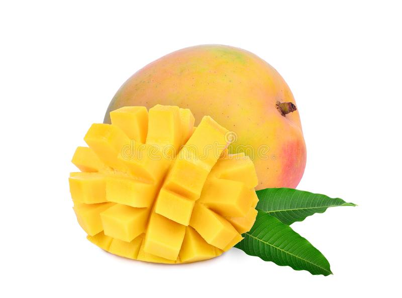 Reife Mango des Ganzen und der Scheiben mit den Blättern lokalisiert auf Weiß lizenzfreies stockfoto